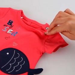 detalle camiseta bebe niña roja de peces