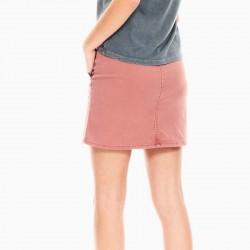foto niña con falda denim color tierra por detrás