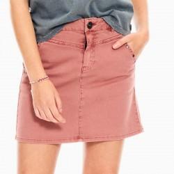 detalle niña con falda denim de garcia jeans