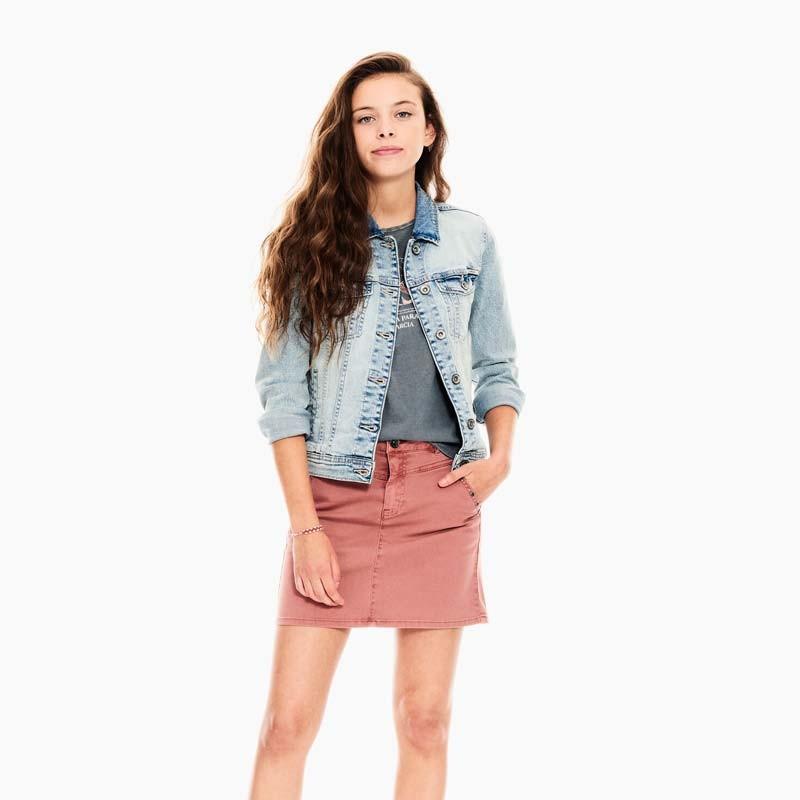 niña con falda denim color tierra