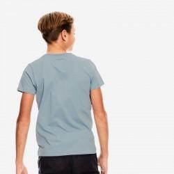 niño con camiseta garcia jeans azul acero por detrás