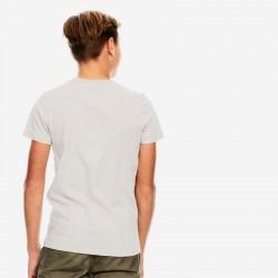 niño con camiseta garcia jeans gris y marino por detrás
