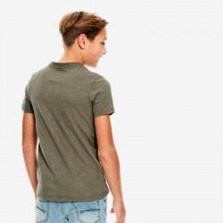 niño con camiseta garcia jeans verde betlee por detrás