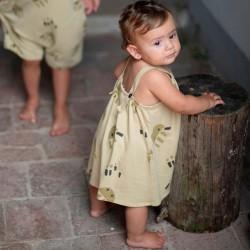 niña con vestido tirantes bebe mostaza y medusas