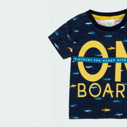 detalle camiseta boboli niño azul y tiburones amarillos
