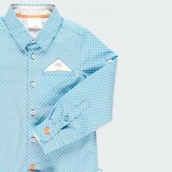 detalle manga camisa niño azul y flores naranja