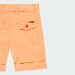 detalle bermuda naranja niño de vestir por detrás