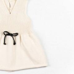 detalle vestido bebe liandme crudo y lazo gris