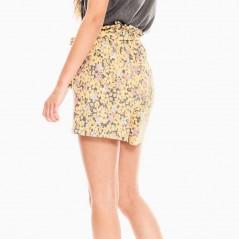 niña con bermuda flores amarillas garcia jeans por detras