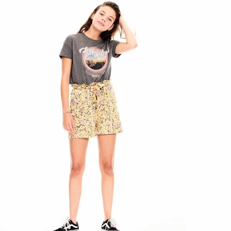 look niña con bermuda flores amarillas garcia jeans