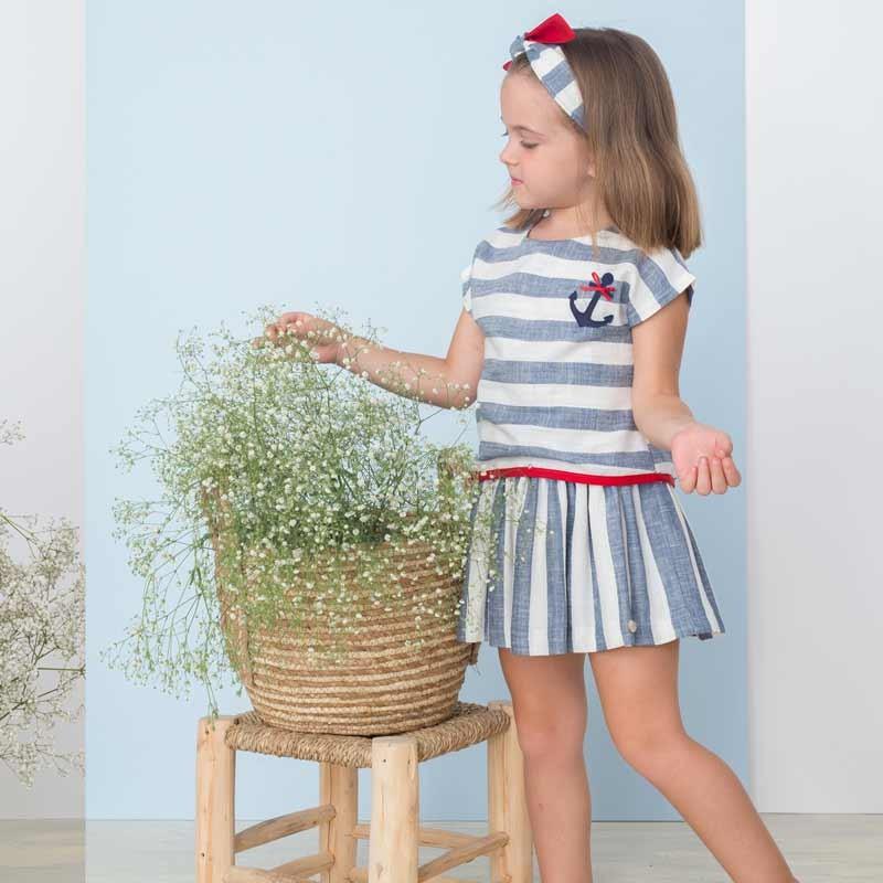 niña con vestido corte cadera bas marti rayas azules