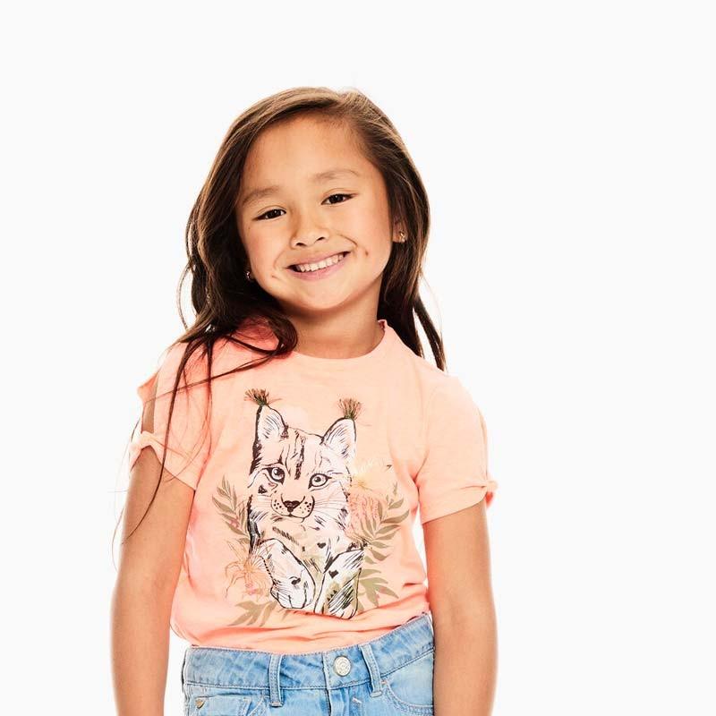 niña con conjunto falda y camiseta neon de garcia jeans