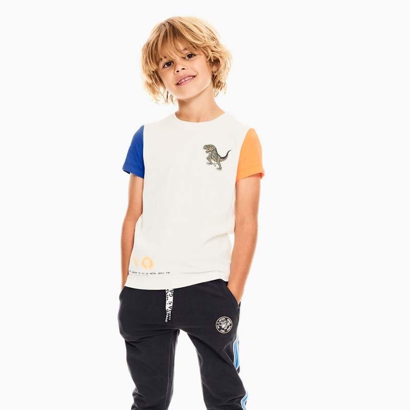 niño con camiseta dinosaurio de garcia jeans