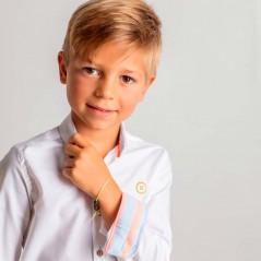 niño con camisa nachete blanca y fluor coral