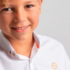 detalla niño con camisa nachete blanca y fluor coral