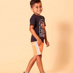 niño con conjunto sturdy manga corta naranja y gris de lado