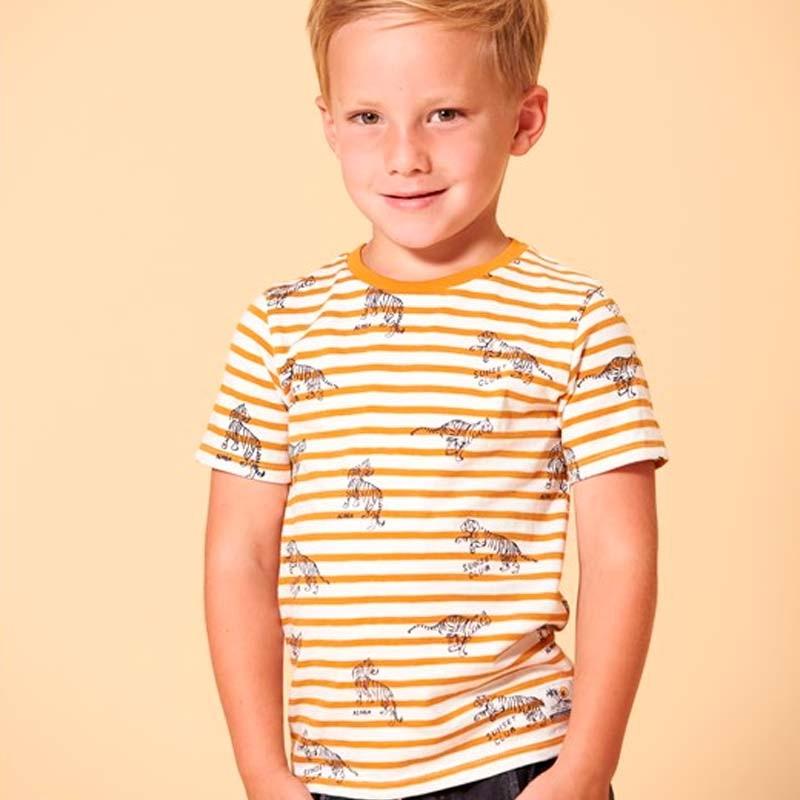 niño con camiseta tigres sturdy