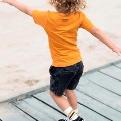 niño con bermuda denim negra sturdy por detras