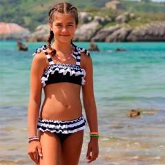 niña con bikini negro y blanco marena