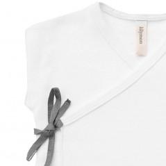 detalle camiseta primera puesta verano lillymom blanca y gris