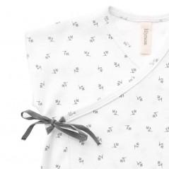 detalle camiseta primera puesta bebe lillymom flores grises