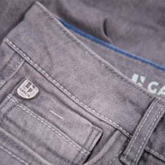 detalle pantalón corto denim de niño gris