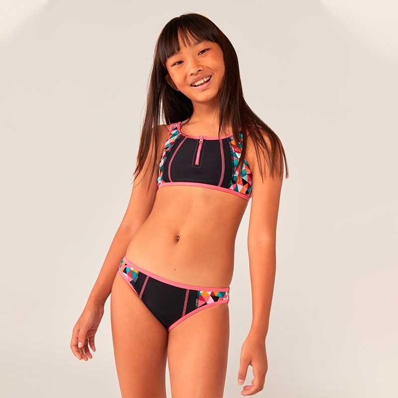 niña con bikini fresa y negro de boboli
