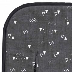detalle colchoneta silla paseo de bebe triangulos gris de bimbidreams