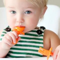 bebe con cubiertos naranja grabease
