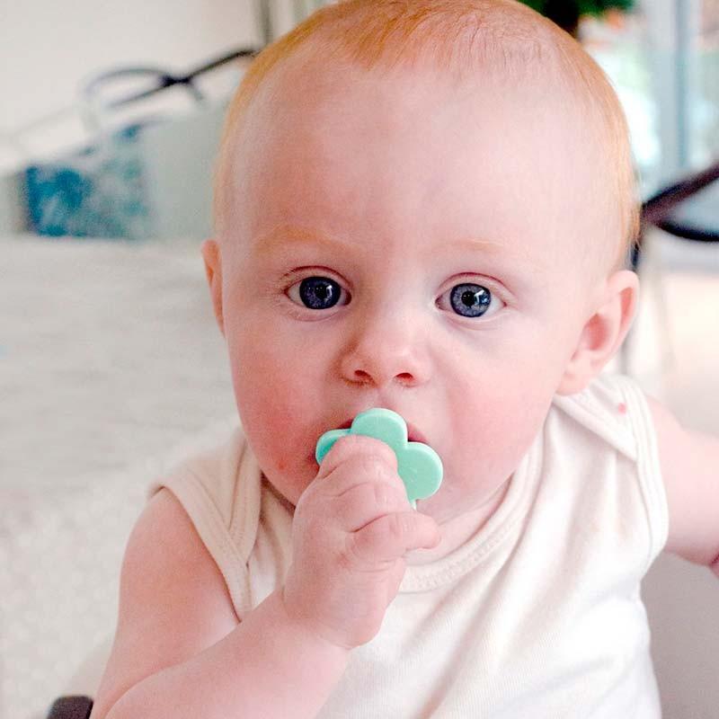 bebe con cubiertos ergonomicos verde mint de grabease