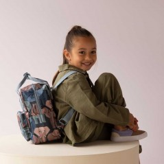 niña con mochila infantil elefantes de studio ditte