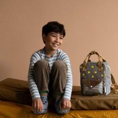 niño con mochila infantil sticky lemon verde y azul de limones
