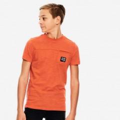 niño con camiseta naranja de garcia jeans