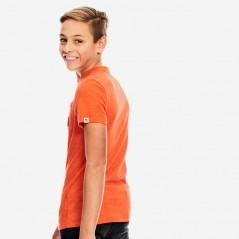 niño con camiseta naranja de garcia jeans por detras