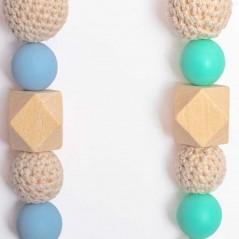 detalle cadena porta chupete de bebé de bolsas de madera y silicona azul