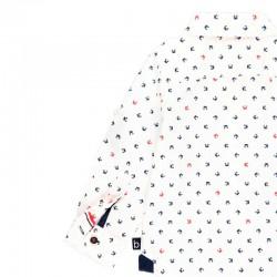 detalle por detras camisa niño boboli blanca y estampado cangrejos