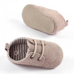 vista lateral zapatos bebe tela marrones sin suela