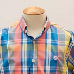 detalle camisa niño nachete azul y cuadros coral y amarillo