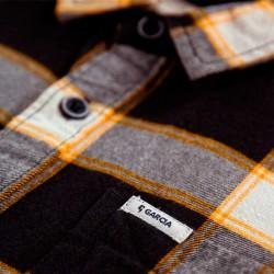 detalle camisa niño garcia jeans cuadros negros y mostaza