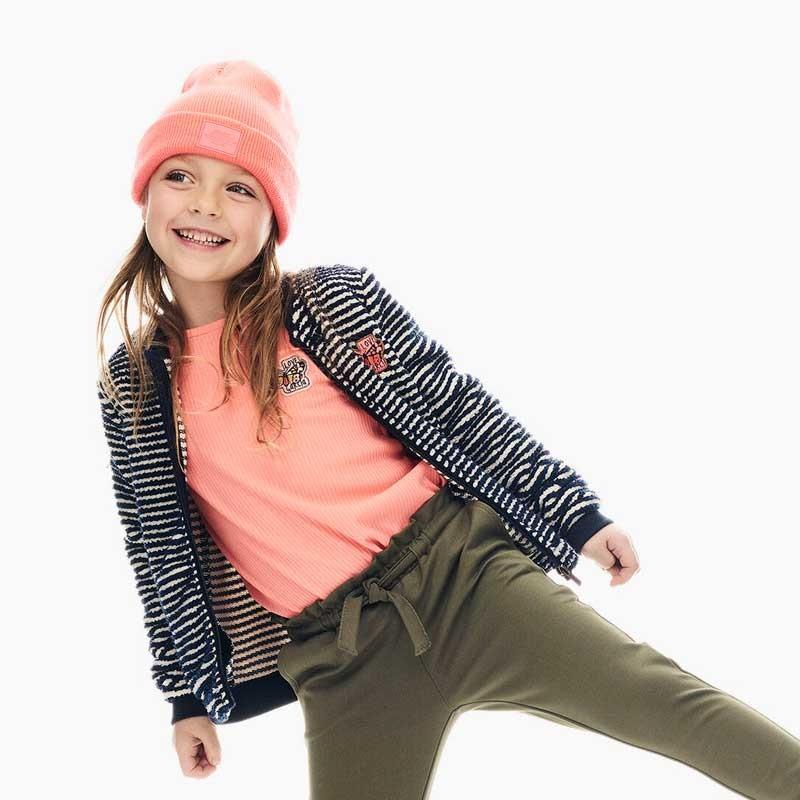 niña con chaqueta a rayas de garcia jeans azul marino
