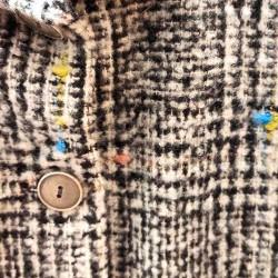 detalle chaqueton niña paño negro jaspeado bbz