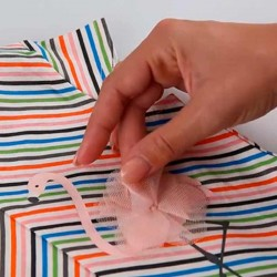 detalle de tul en vestido niña boboli de primavera verano a rayas de colores