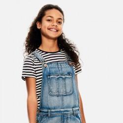 niña con camiseta a rayas grises de garcia jeans