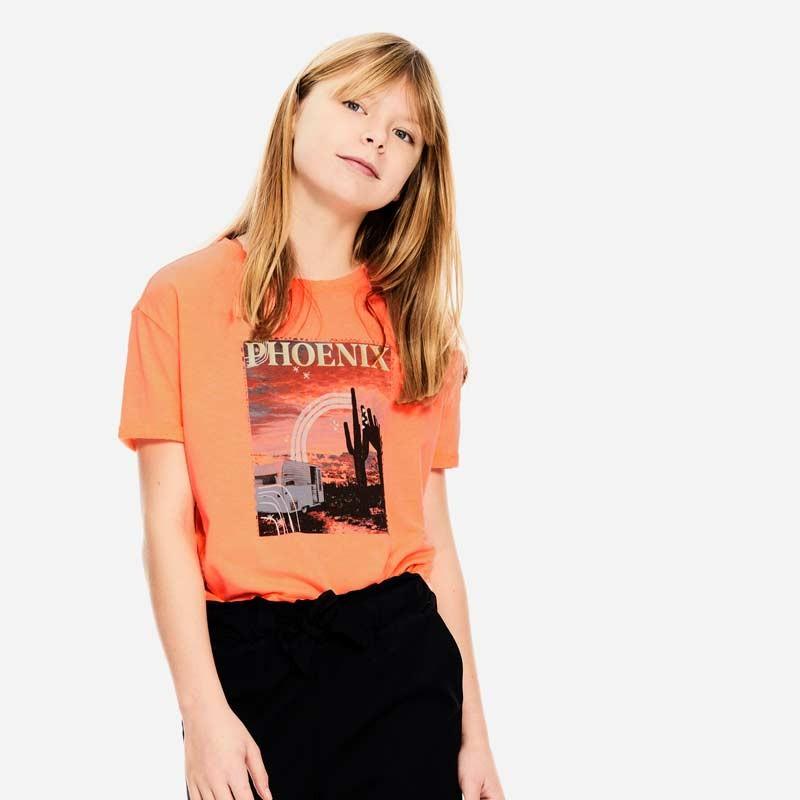 niña con camiseta garcia jeans naranja fluor